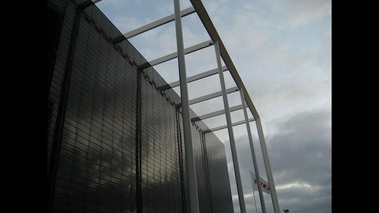 Närbild på den svarta blanka fasaden. Foto: Reine Magnusson