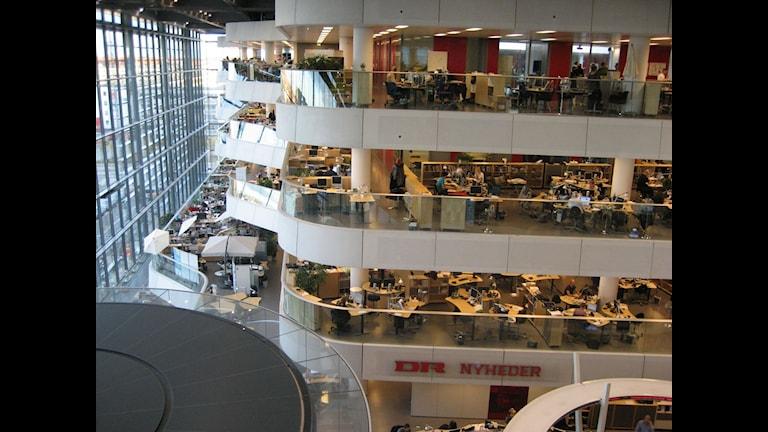 Nära på vägglösa redaktionsmiljöer med öppen planlösning. Vid vänstra hörnet ses tvnyheternas studio. Foto: Reine Magnusson