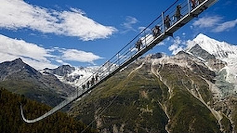 Gångbro i Randa i schweiziska Alperna