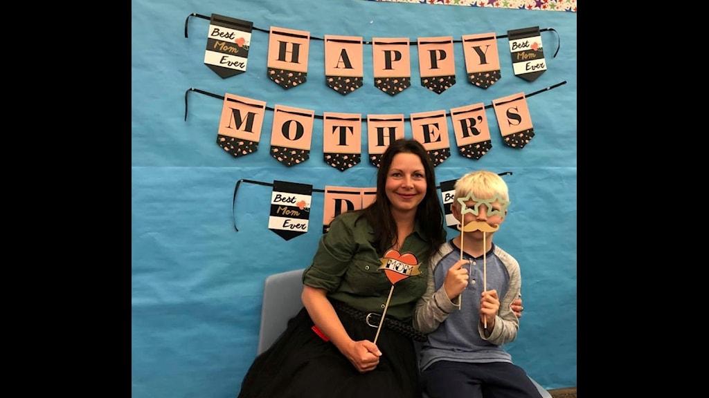 """Maria Svemark och sonen Ivar, 10 år, i """"photo booth"""" på klassens Mother's Day-firande."""