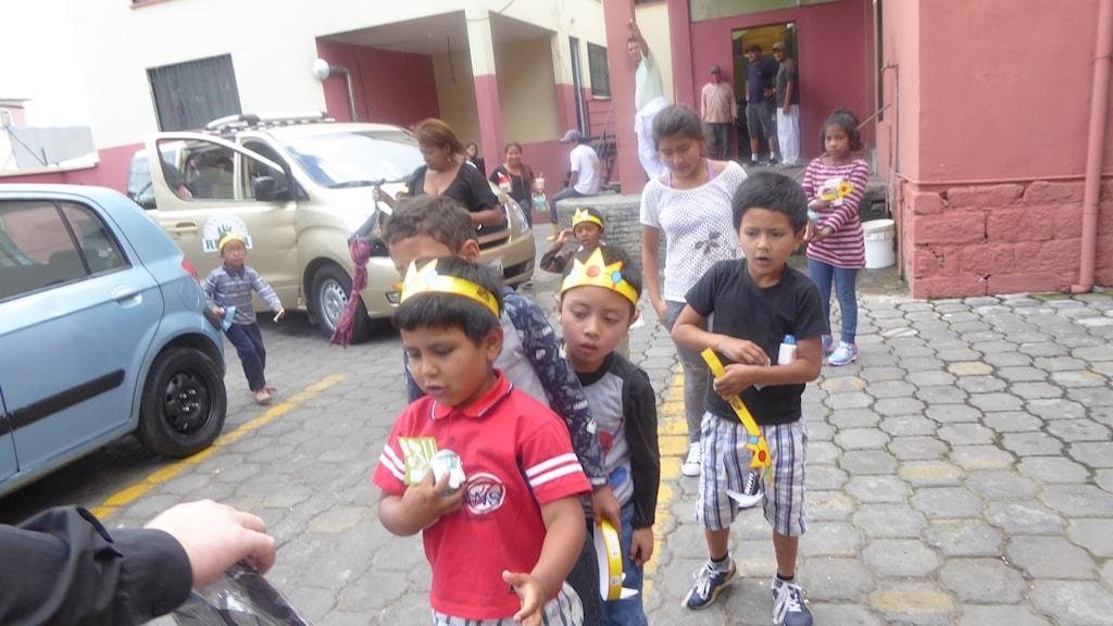 Barnhemsbarnen i Ecuador på väg till bio.