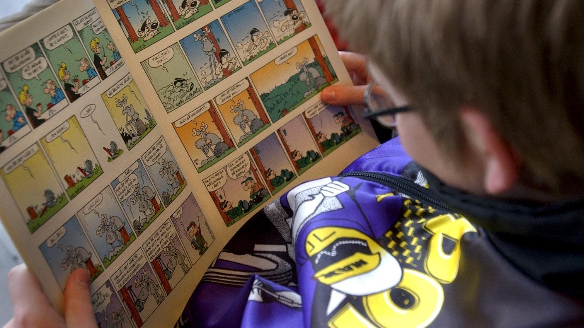 ett barn som läser en serieteckning