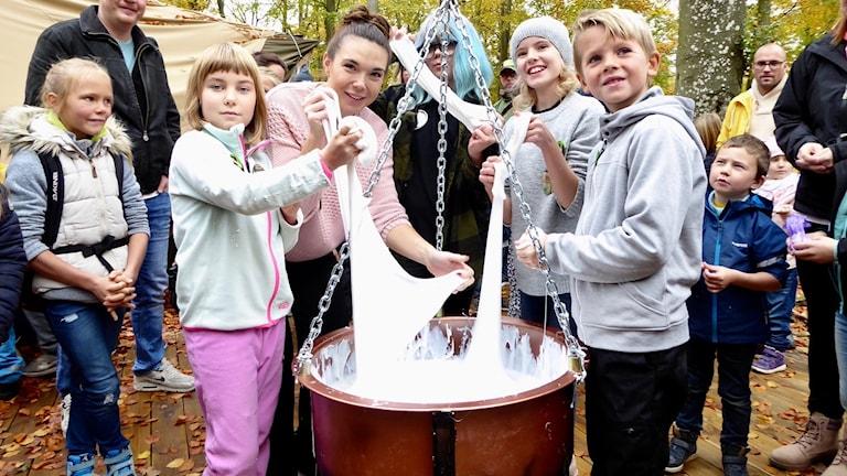 Katja Jensen slår tillsammans med några barn rekord i slime