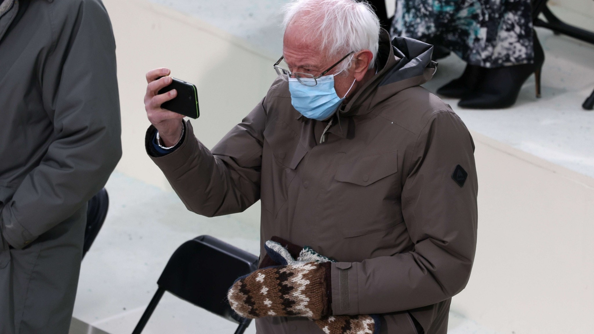 Bernie Sanders tar en selfie under presidentinstallationen av Joe Biden