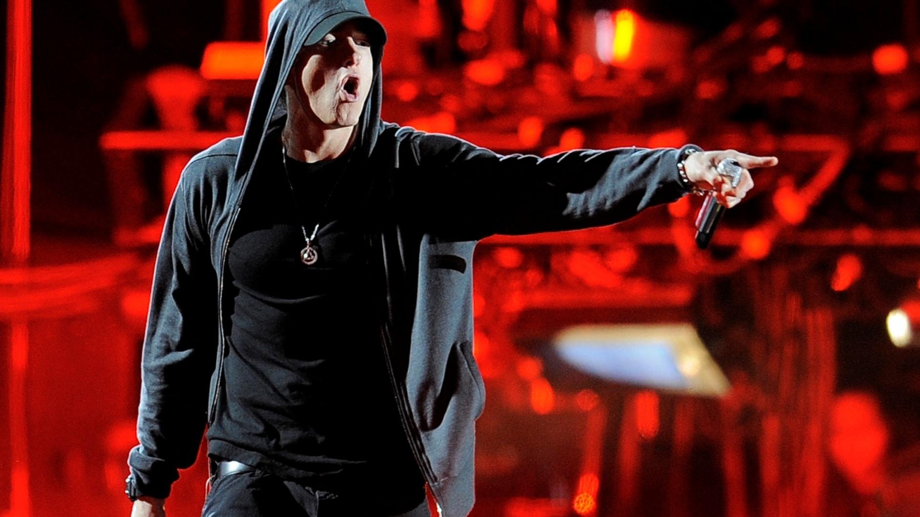 Eminem flyger in med ett bagage på flera låtar