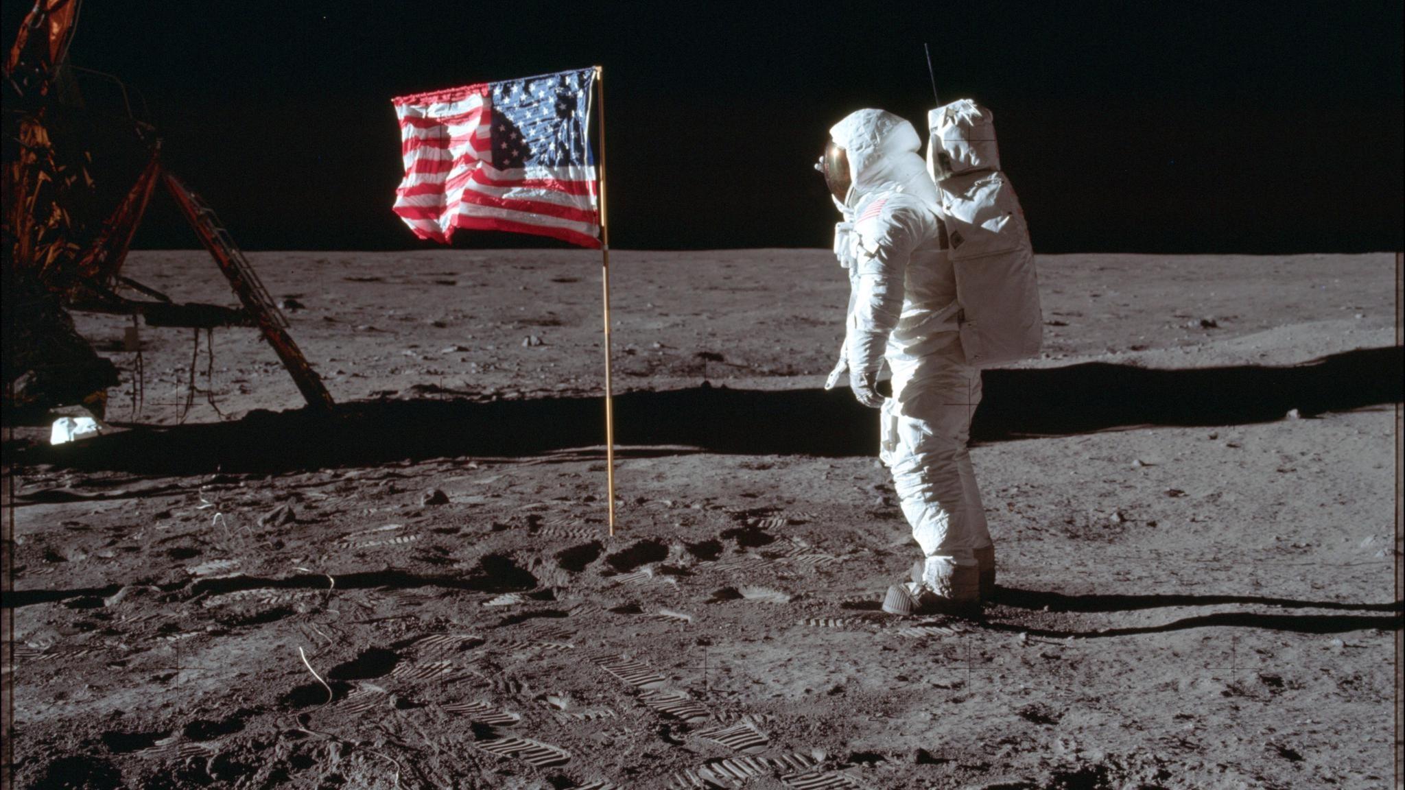 Amerikanska flaggan på månen