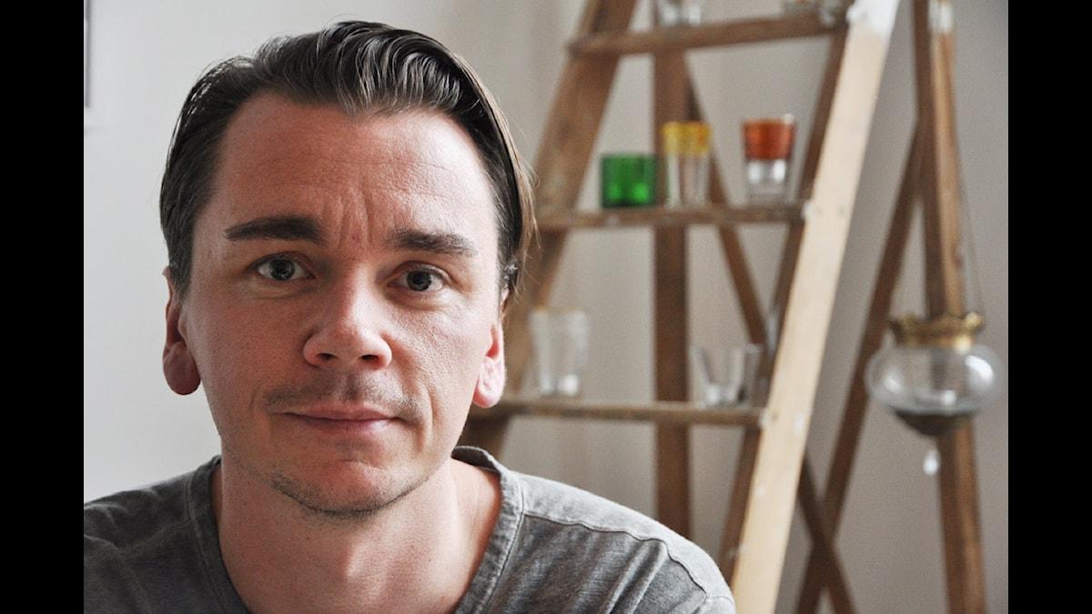 Poeten och musikern Emil Jensen debuterar som programledare i P1 i sitt eget program Mellansnack. Foto: Lars Mogensen.