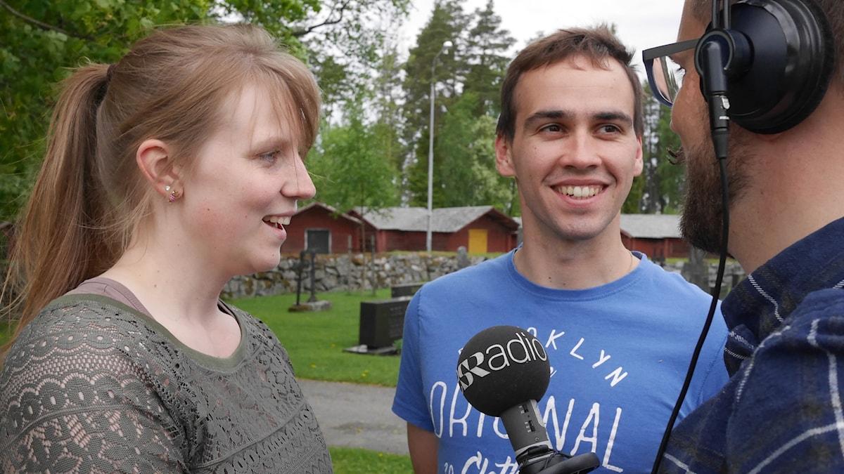 Jannice Ratus, Sebastien Valtakari fotade utanför kyrkan i Närpes