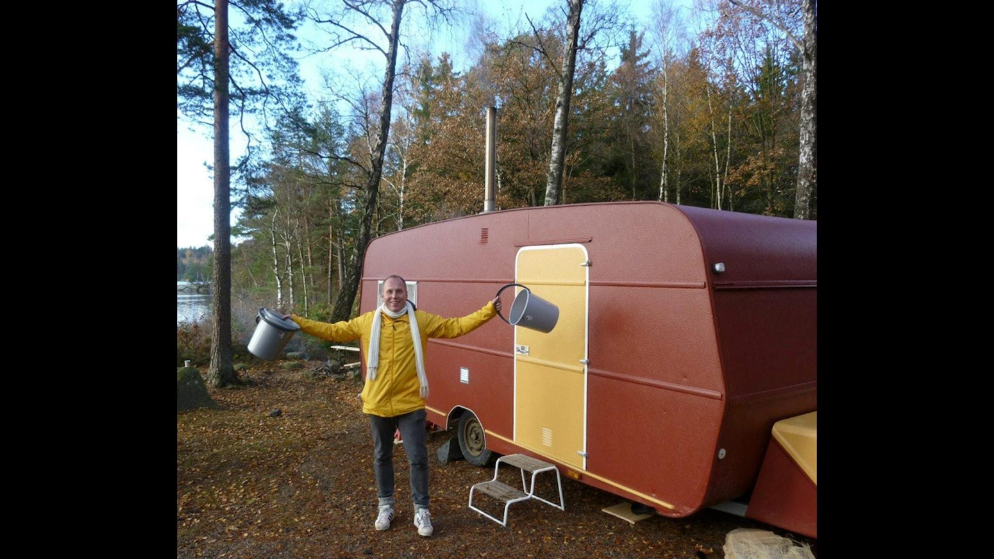 Patti Hansén utanför den bastuhusvagn han byggt tillsammans med sina vänner. Foto: Privat