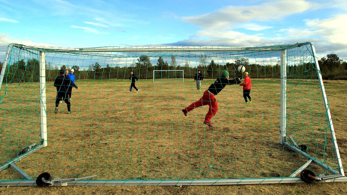 Fotboll i Kuttainen. Foto: Rolf Lind/Sveriges Radio.
