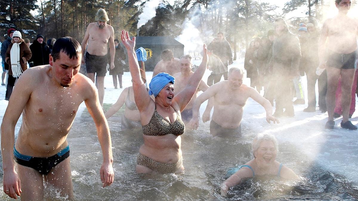 Personer som badar isvak.
