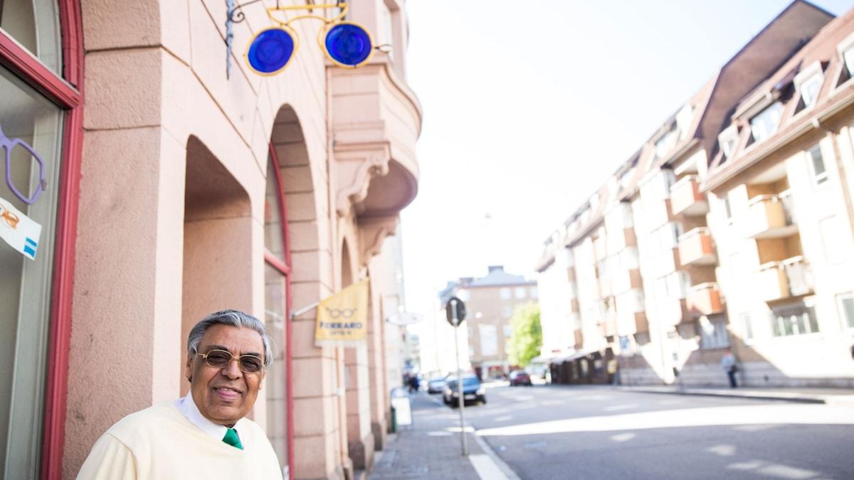 Optikern Johan Ferraro har haft sin butik på Östra Förstadsgatan i 26 år.  Foto: Lotta Gyllensten