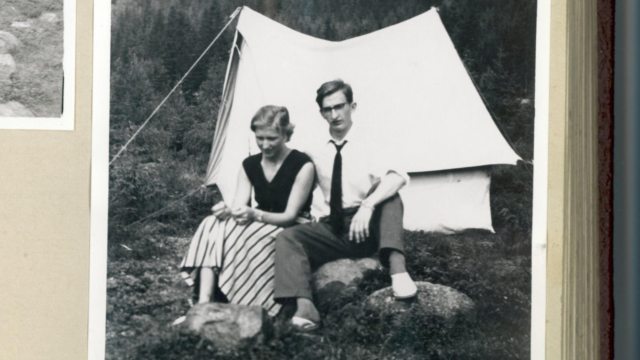 Ove och Ingmarie von Ahn sitter framför sitt tält. Svartvitt från 50-talet.