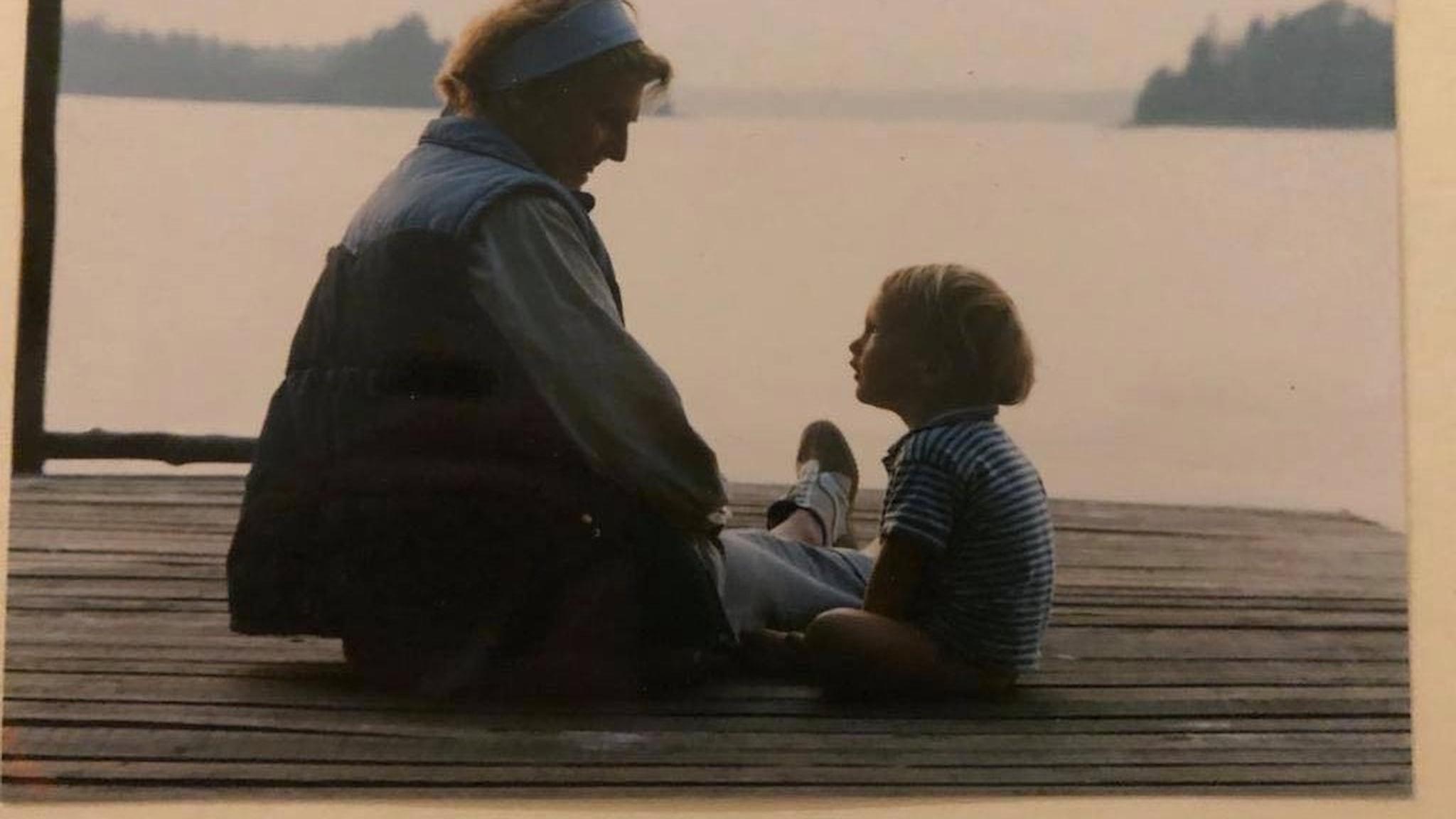 Barbro Westerholm på bryggan på Landsort med ett av sina barnbarn
