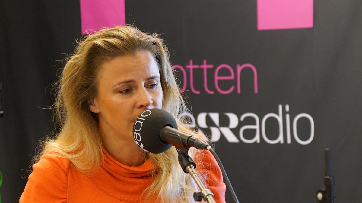 Lisa Miskovsky spelar live i P4-studion.