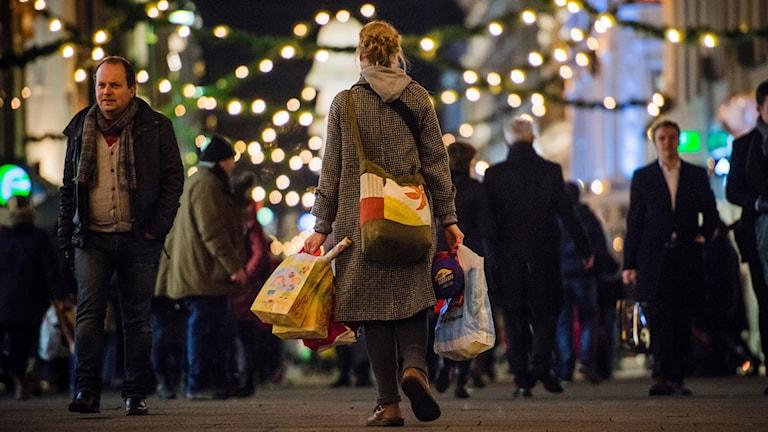 Människor i julhandeln.