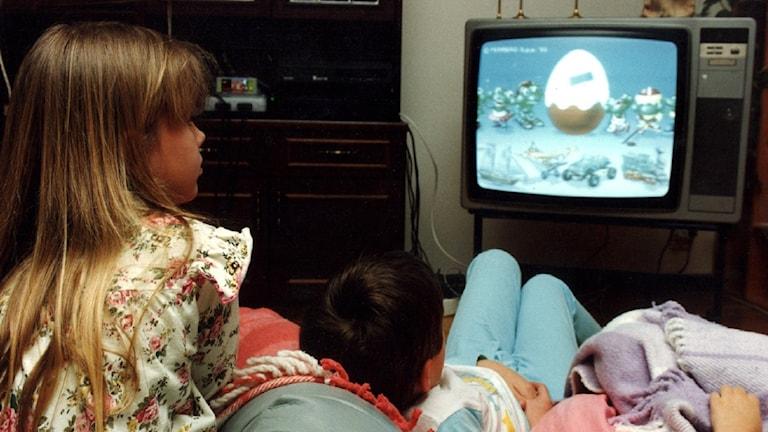 Barn framför tv.
