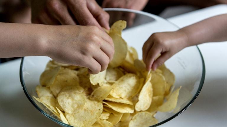 Chips i en skål.
