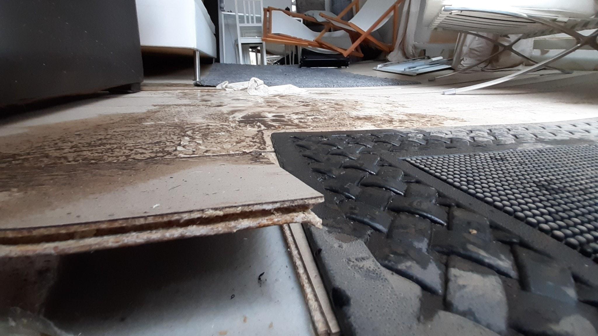 Förstört golv efter översvämning