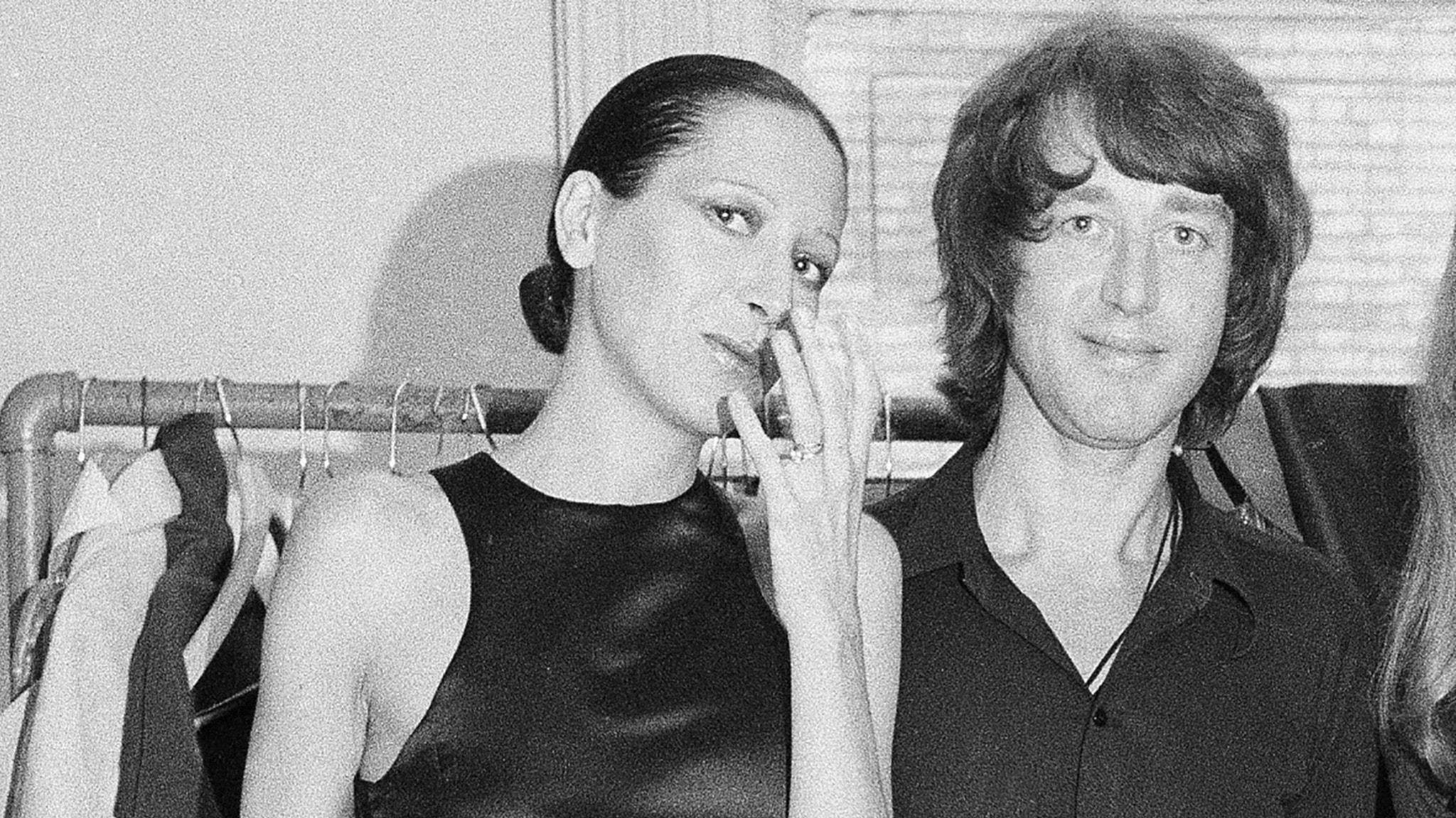 Elsa Peretti fotograferad efter en modevisning 1970, bredvid henne står hennes bästa vän modeskaparen Halston