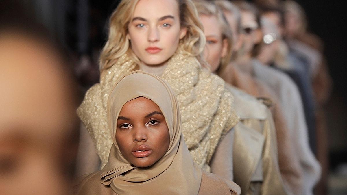 Modellen Halima Aden på visningen av det italienska märkets Max Maras kollektion för hösten 2017.