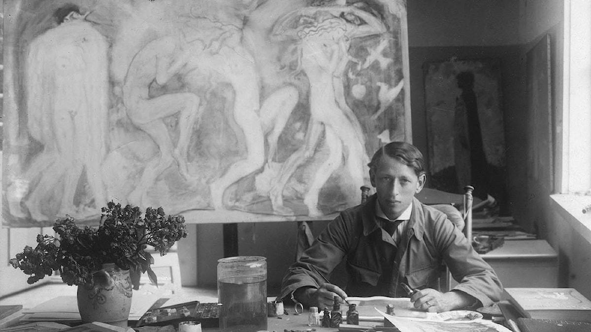 Konstnären John Bauer i sin ateljé.
