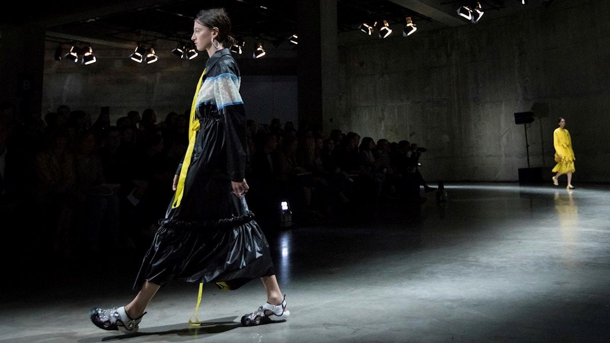 Modeller i Crocs pimpade med glittrande stenar och kristaller under Christopher Canes visning under Londons modevecka hösten 2017.