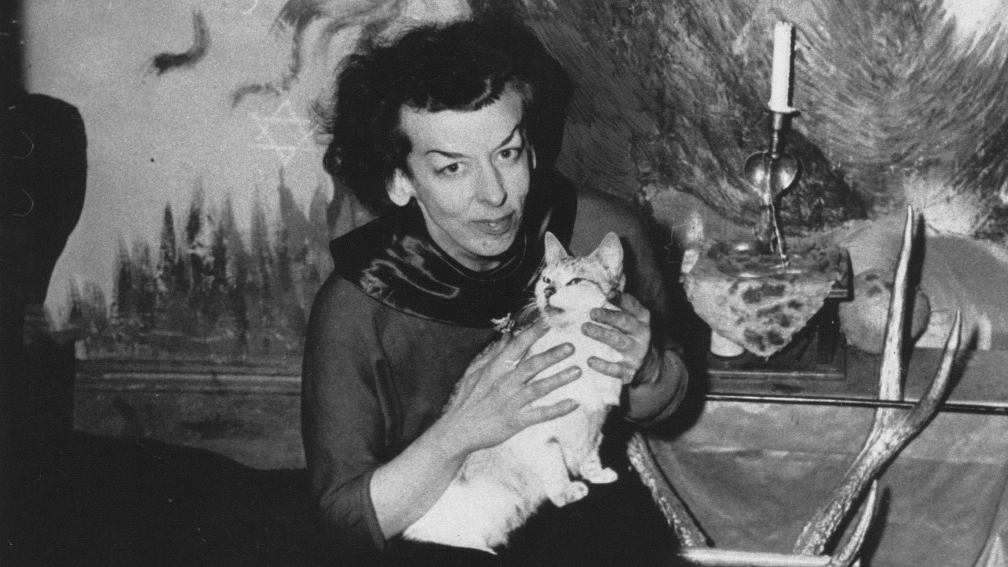 Rosaleen Norton med sin katt.