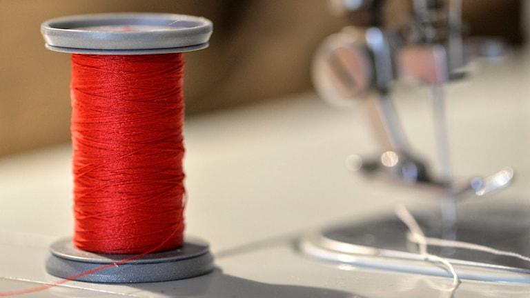 En rödtrådrulle och en symaskin