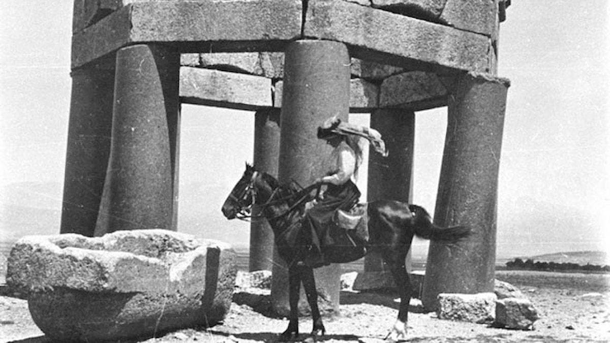 Gertrude Bell framför ett gravmonument i staden Douris i Libanon, juni 1900.