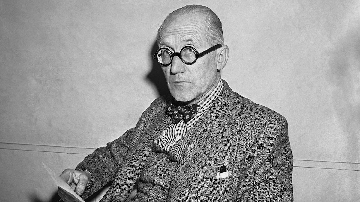 Le Corbusier på sitt kontor i Paris.