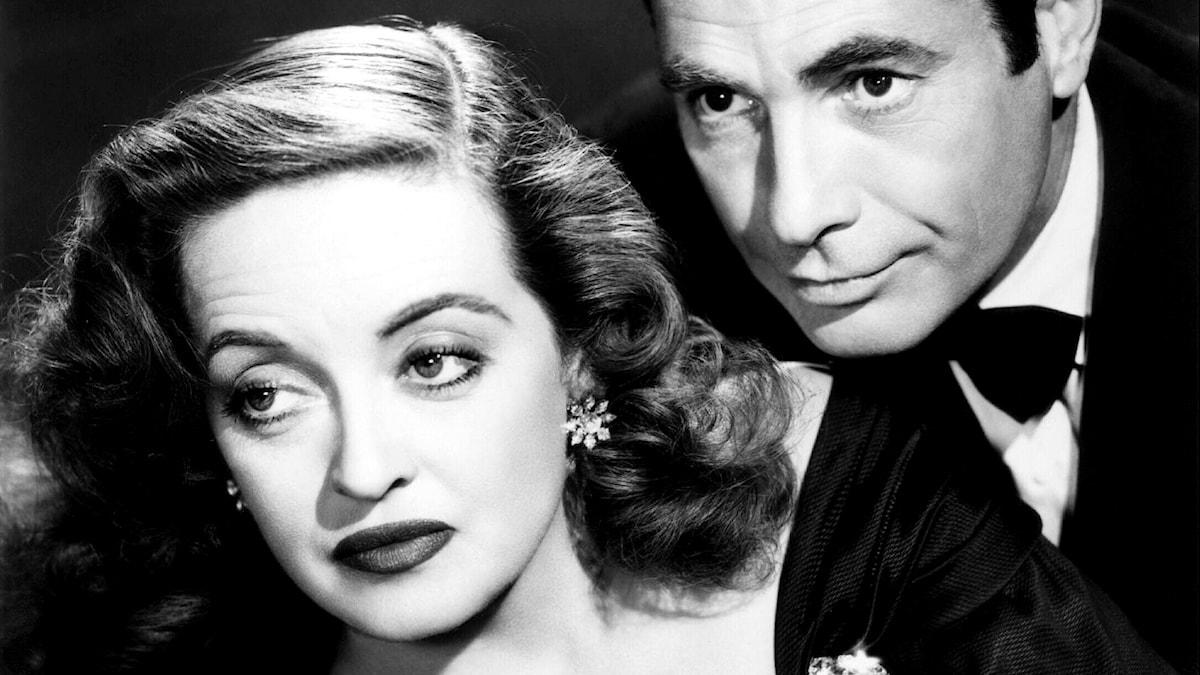 """Bette Davis i rollen som Margo Channing i filmen """"Allt om Eva"""" från 1950. Här tillsammans med sin motspelare Gary Merrill."""