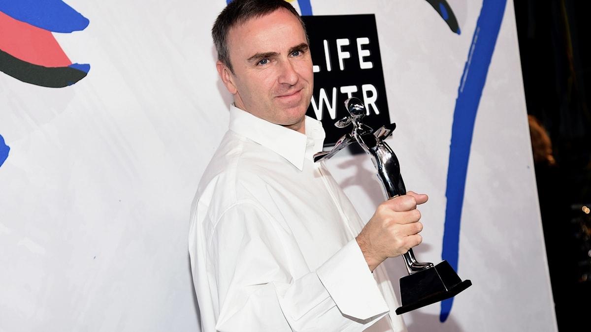 Calvin Kleins nya chefsdesigner Raf Simons tar emot pris.