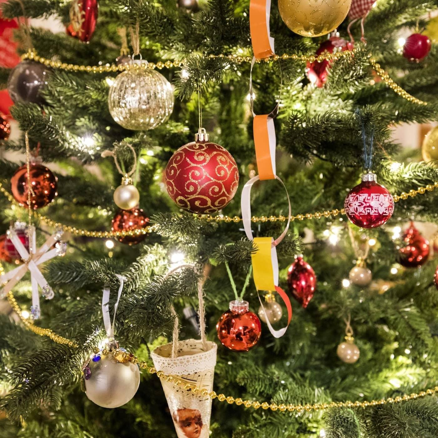 Bjällerklang, tomtar och snömosiga texter – är julmusik trivsel eller terror?