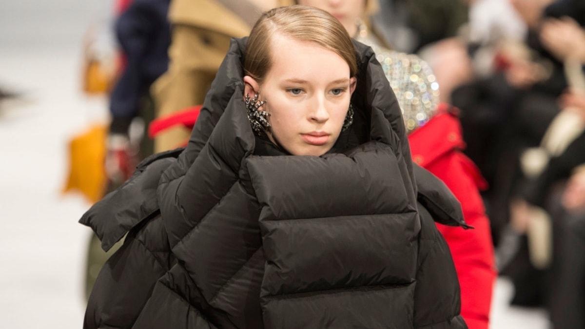 Demna Gvasalias tolkning av täckjackan för modehuset Balenciaga, höst/vinter 2016.