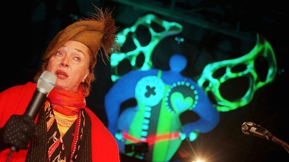 Niki de Saint Phalle inviger en utställning i Schweiz 1997.
