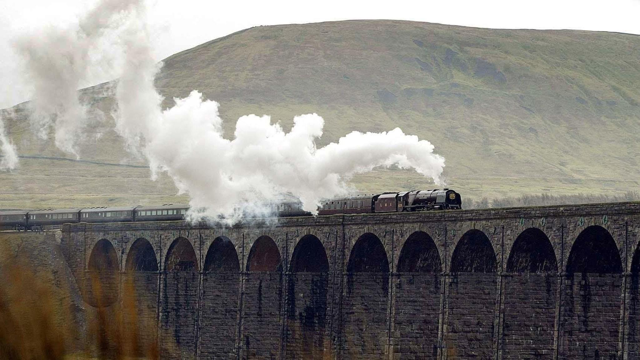 The Duchess of Sutherland, Englands kungliga tåg, korsar viadukten över Ribblehead i Yorkshire Dales National Park.