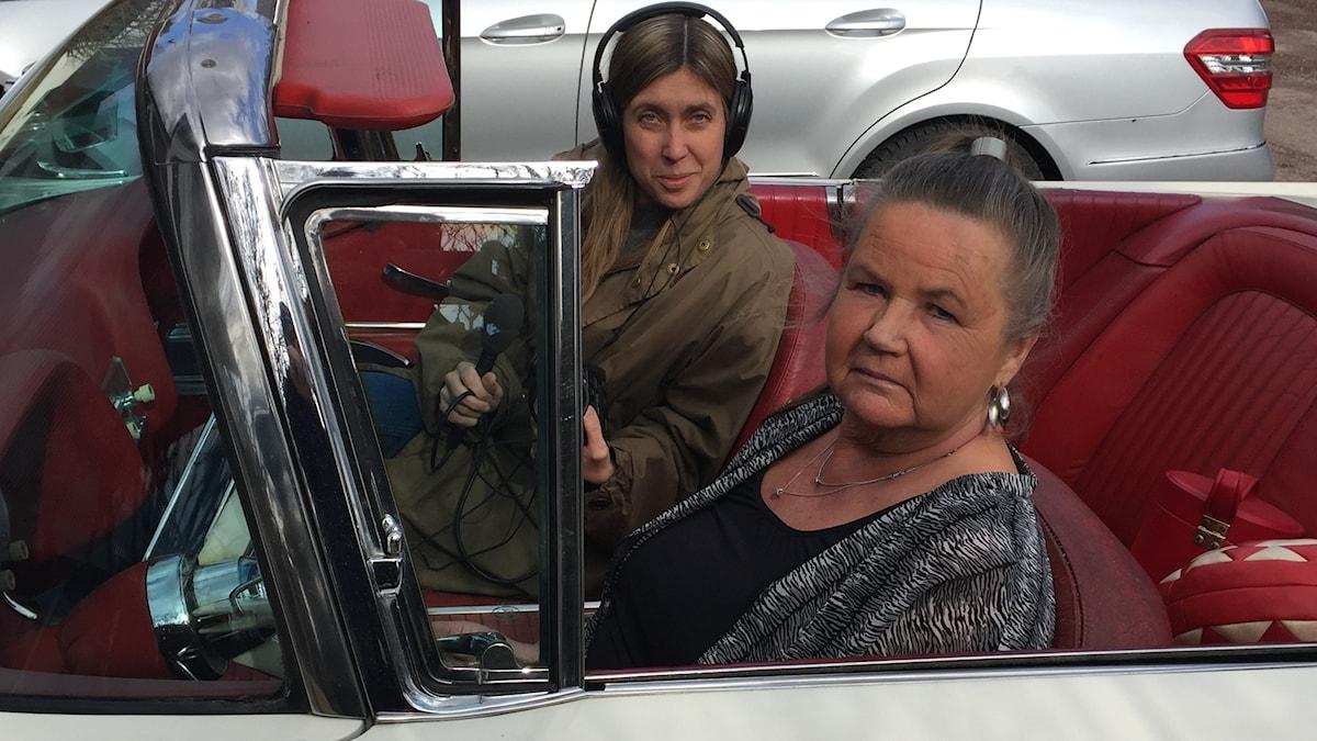 Kitty Karlsson i sin Ford Thunderbird tillsammans med Stils reporter Anna Åkerlund.