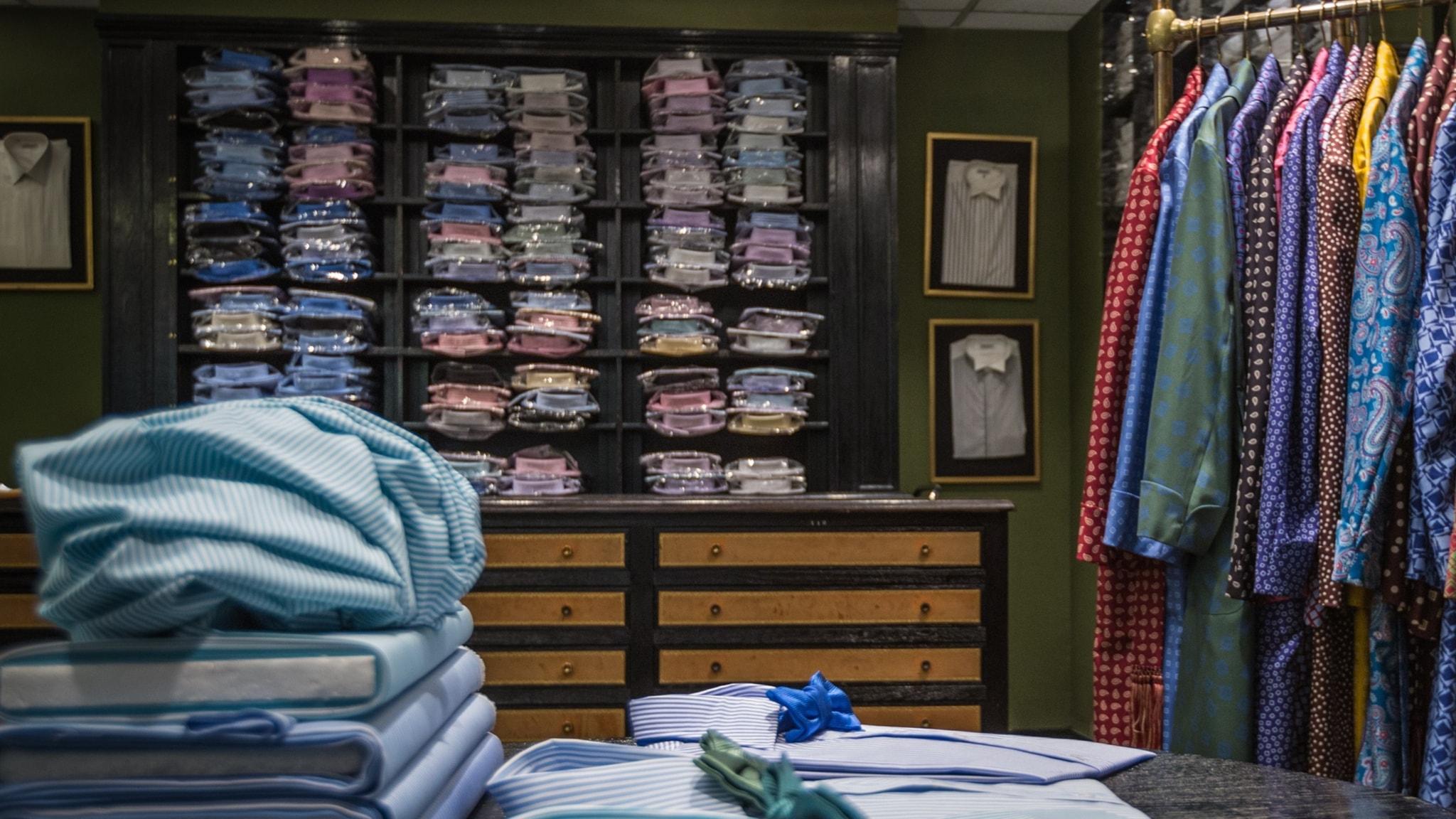 Stort utbud av skjortor i den ikoniska skjortbutiken i Paris.