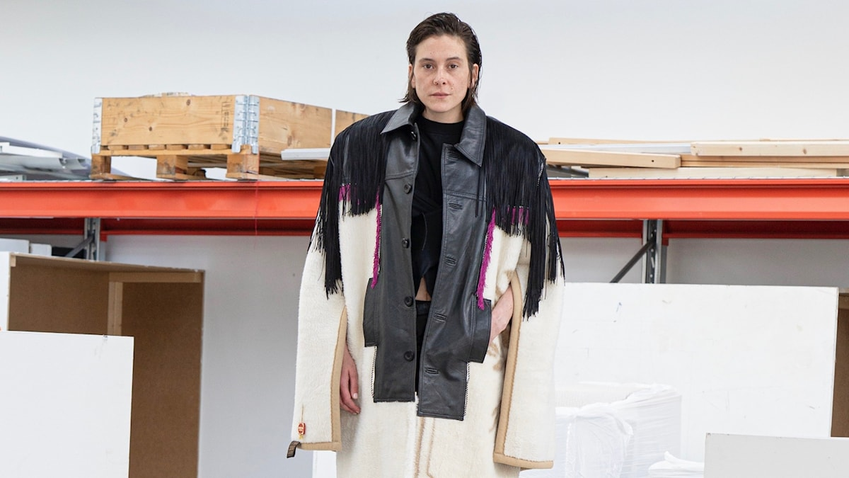Modeskaparen Ellen Larsson arbetar med återbruk av kläder i sin examenskollektion från Textilhögskolan i Borås.