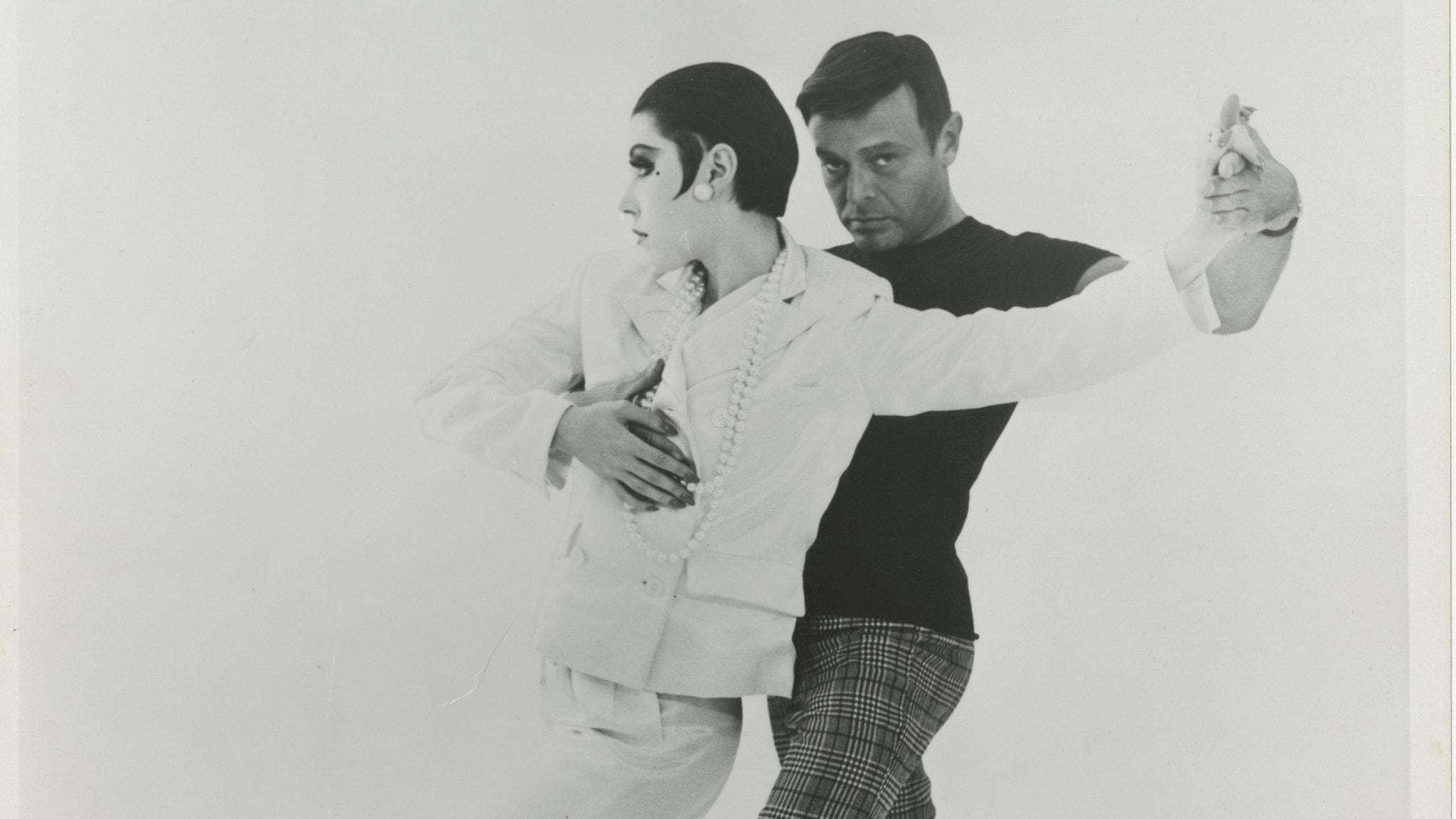 Rudi Gernreich dansar med modellen Peggy Moffitt.