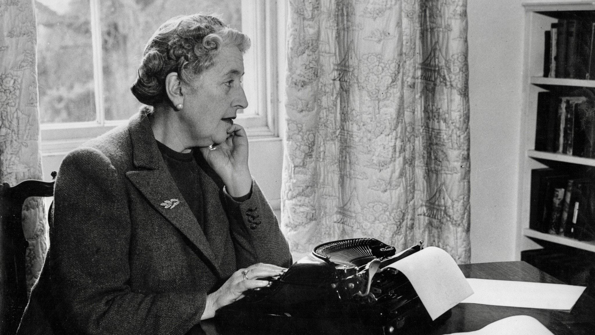 Agatha Christie vid sin skrivmaskin.