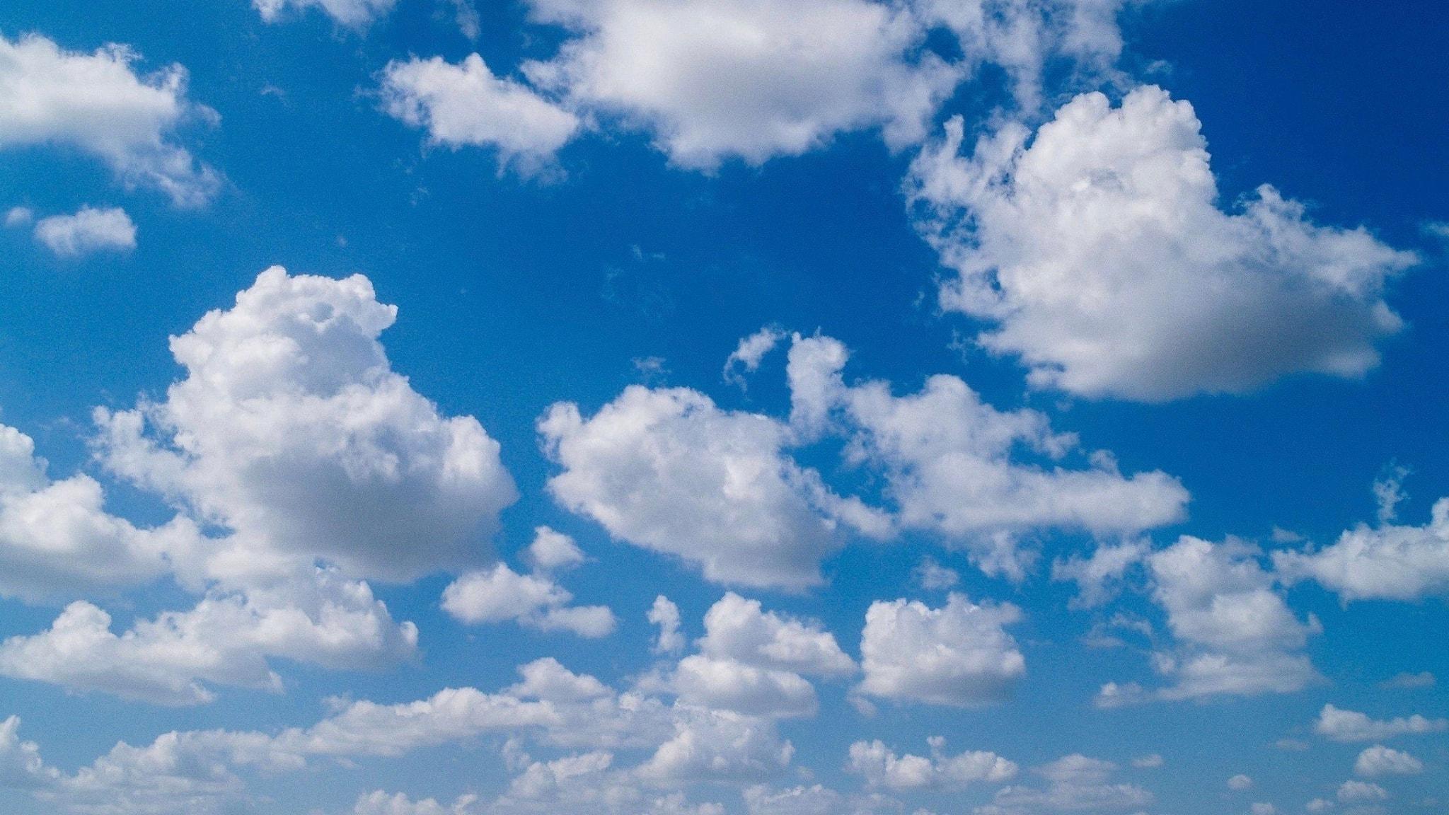 Många mindre moln på en ljusblå himmel.