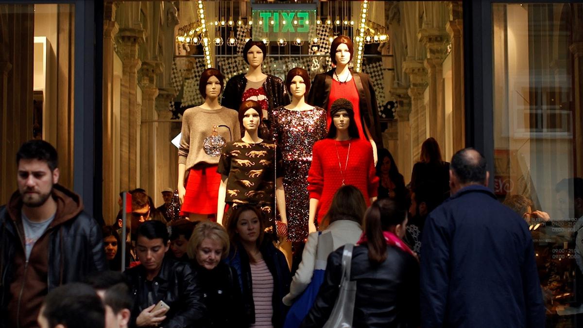 """""""Det ska vara en upplevelse att shoppa"""". Det är ett ofta upprepat uttryck, i synnerhet inom mode där många märken famlar efter framtida sätt få konsumenter att köpa kläder. Men hur ser denna upplevelse ut, egentligen?"""