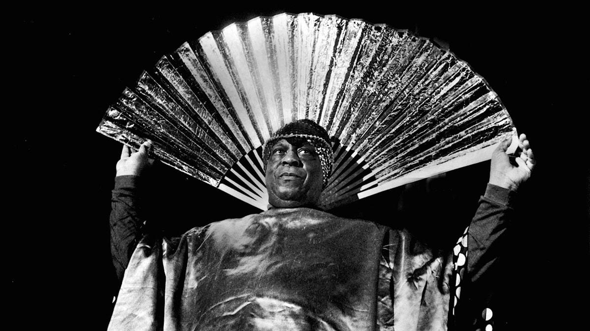 Musikern och visionären Sun Ra i en av sina många spektakulära dräkter.