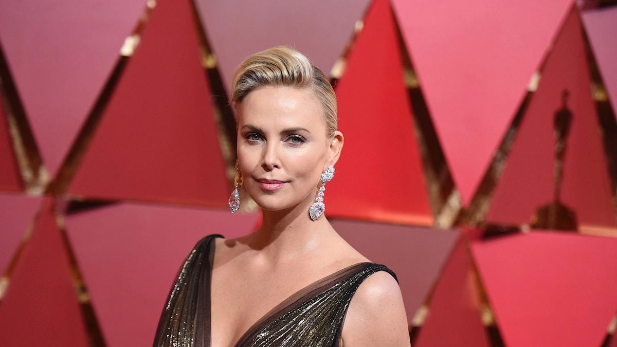 Skådespelerskan Charlize Theron anländer till Oscarsgalan i februari 2017 iförd ett par enorma örhängen.