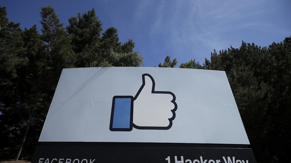 Gilla-tummen syns på en skylt vid Facebooks högkvarter vid Menlo Park i Kalifornien.