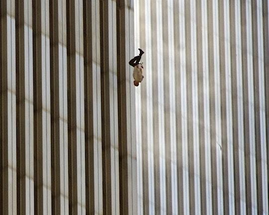 En person faller mot marken från norra tornet.