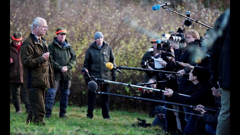 Kungen möter pressen ute i jaktskogen 2010.