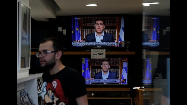 Greklands premiärminister talar i grekisk TV. Foto: AP Photo/Petros Karadjias